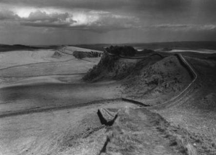 HADRIANS-WALL-NORTHUMBERLAND-1959LOOKING-EAST-FROM-HOTBANK-CRAGS-1-C26681